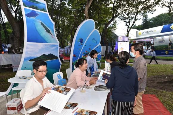 Người dân tham quan, tìm hiểu các sản phẩm bày bán  tại Ngày hội Du lịch TPHCM 2020. Ảnh: KIM ANH