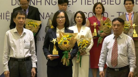 Đại diện Saigontourist Group (hàng đầu, thứ hai từ trái sang) nhận giải thưởng