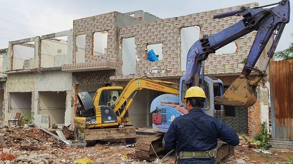 Cưỡng chế một cụm công trình trái phép tại phường Tam Phú, quận Thủ Đức, TPHCM