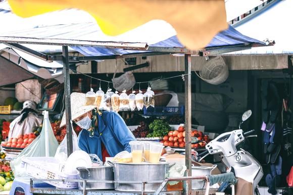 Những món ăn vặt theo thời gian vẫn có một chỗ đứng vững chắc  trong lòng cư dân đô thị. Ảnh: KHANG TRỊNH