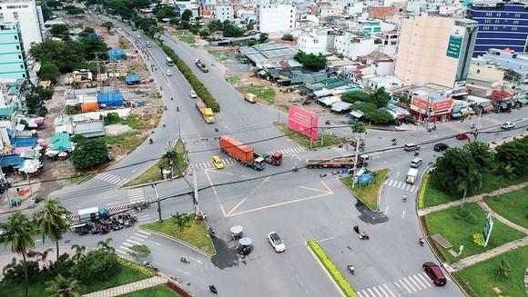 Ngã tư đường Nguyễn Văn Linh - Huỳnh Tấn Phát, nơi kết nối với cầu Thủ Thiêm 4, phía quận 7. Ảnh: CAO THĂNG