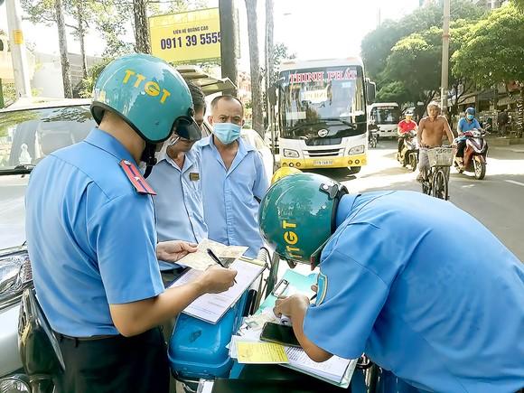 Xử phạt xe dừng đỗ sai quy định trên đường An Dương Vương, quận 5, TPHCM