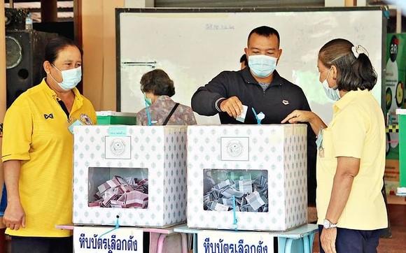 Các cử tri bỏ phiếu tại một điểm bỏ phiếu. Ảnh: Thairath