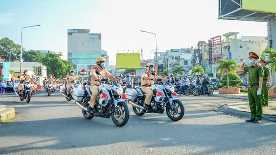 Các đơn vị nghiệp vụ công an quận Tân Bình ra quân ngày 15-12-2020. Ảnh: CHÍ THẠCH