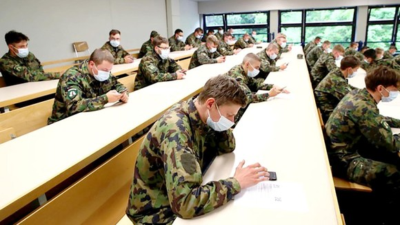 Binh lính Thụy Sĩ luyện tập dùng ứng dụng truy vết ca lây nhiễm virus SARS-CoV-2
