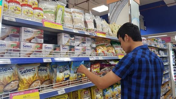 Người tiêu dùng mua hàng hóa tại các kênh phân phối nội địa