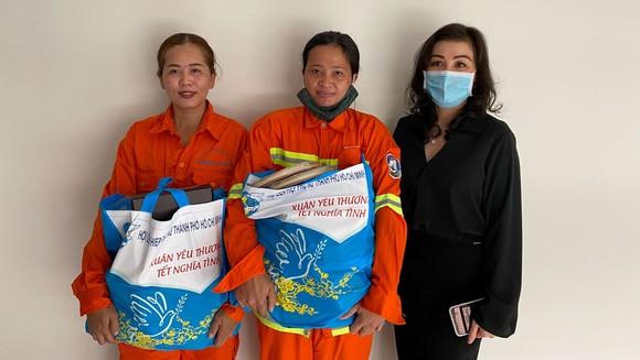 Trao quà tết cho 300 nữ công nhân vệ sinh môi trường ảnh 1