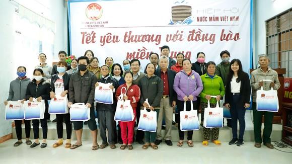 Đoàn Hiệp hội Nước mắm Việt Nam thăm và tặng quà Tết bà con tại Quảng Ngãi  ảnh 2