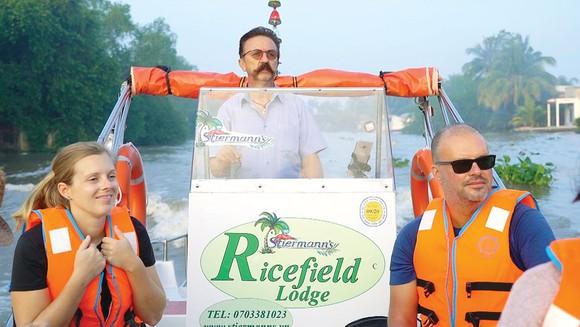 Ông Stiermann Martin (giữa), Giám đốc Khu nghỉ dưỡng Ricefield Logde, xã Trường Long, huyện Phong Điền, Cần Thơ