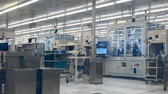 Một góc phòng sạch trong khu sản xuất của nhà máy Intel Products Vietnam tại SHTP. Ảnh: T.BA