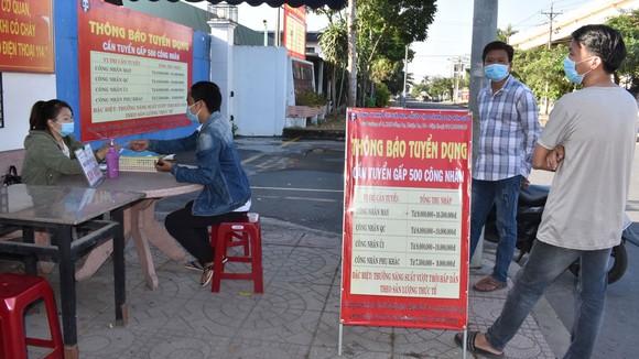 Người lao động nộp hồ sơ xin việc, phỏng vấn tại Công ty TNHH Puku Việt Nam, Khu công nghiệp Đồng An, tỉnh Bình Dương. Ảnh: ĐÌNH LÝ