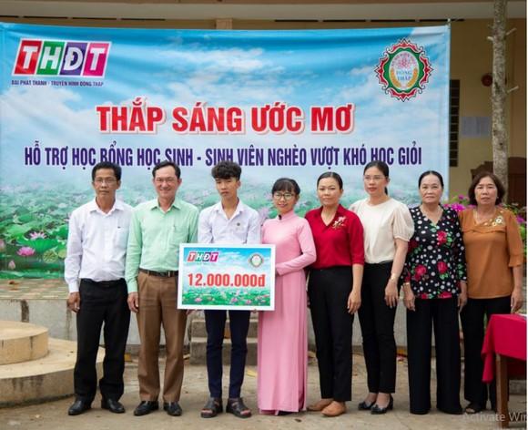 Công ty TNHH MTV Xổ số kiến thiết tỉnh Đồng Tháp trao học bổng 'Thắp sáng ước mơ' tại xã An Khánh, huyện Châu Thành ảnh 1