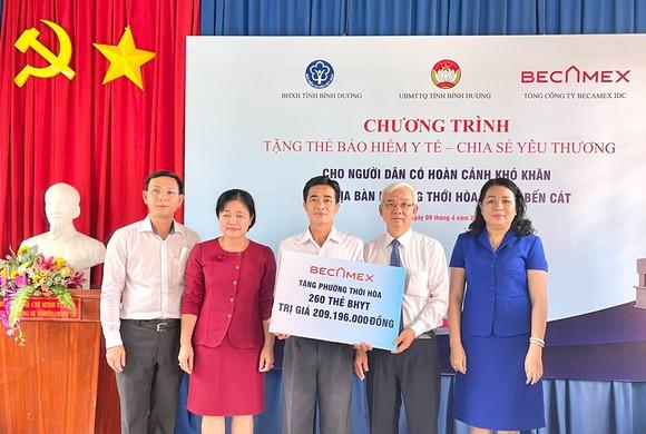 Tổng Công ty Becamex IDC trao tặng 1.000 thẻ BHYT cho người dân có hoàn cảnh khó khăn ảnh 1
