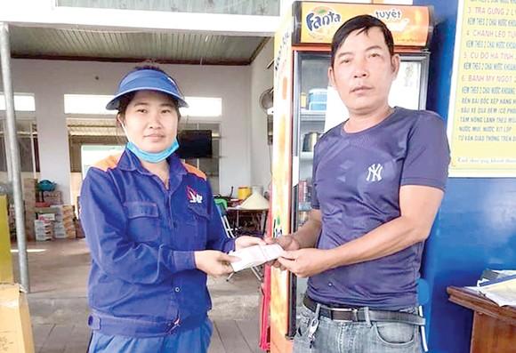 Chị Trần Thị Phương trao lại số tiền nhặt được cho anh Mai Văn Hợi