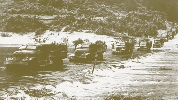 Đội vận chuyển tiền C100-đơn vị vận tải của đoàn 559 - Bộ Quốc phòng chuyển tiền và hàng vào Nam trên đường Trường Sơn huyền thoại. Ảnh: Ngân hàng Nhà nước cung cấp