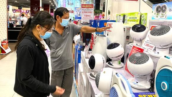 Khách hàng mua quạt điện tại siêu thị. Ảnh: CAO THĂNG