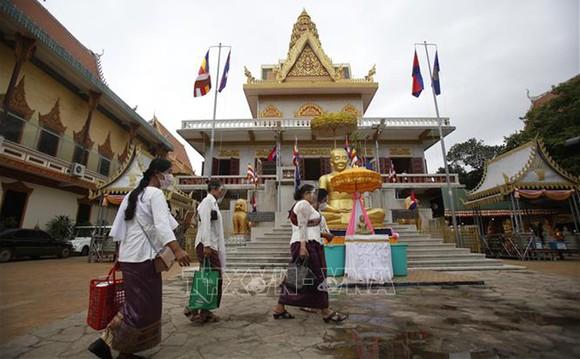Người dân đeo khẩu trang phòng lây lan Covid-19 tại Phnom Penh, Campuchia. Ảnh: THX/TTXVN