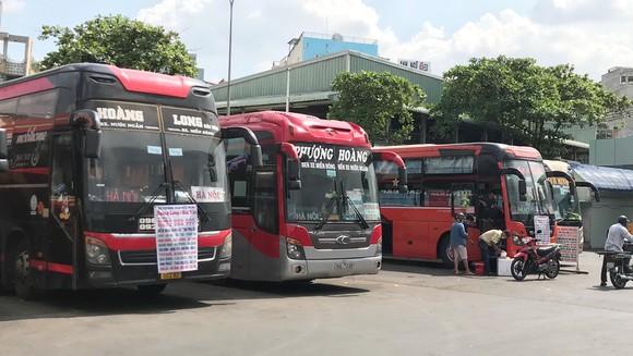 Nhiều xe ở Bến xe miền Đông vẫn nhận khách đi các tỉnh nằm trong danh sách tạm dừng. Ảnh: ANH TUẤN