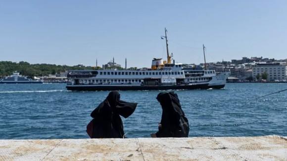 Tàu chở dầu khổng lồ mất lái, eo biển Bosphorus ngừng hoạt động ảnh 1