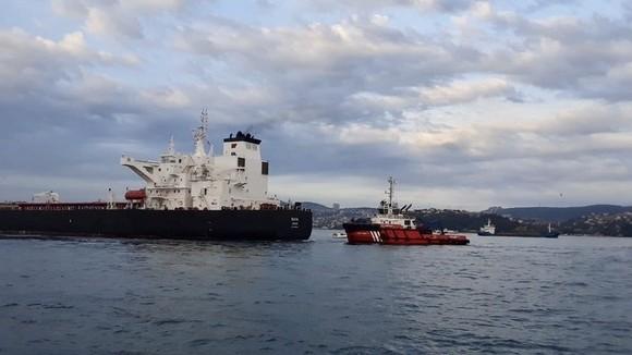 Tàu chở dầu gặp sự cố được lai dắt tới nơi an toàn. Ảnh: RT