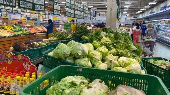 Giá cả hàng hóa được hệ thống siêu thị kiểm soát chặt,  hỗ trợ người dân phòng chống dịch