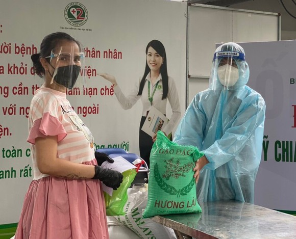Thai phụ được nhận quà sau khi tiêm vaccine Covid-19 tại BV Lê Văn Thịnh