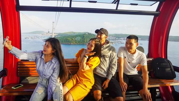 Khách du lịch chiêm ngưỡng vẻ đẹp Phú Quốc từ cáp treo Hòn Thơm
