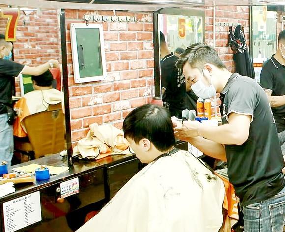 Nhiều tiệm cắt tóc ở Hà Nội đông khách sau khi được mở cửa trở lại. Ảnh: VIẾT CHUNG