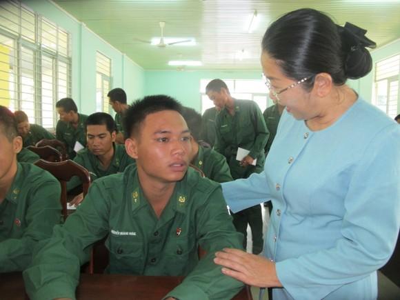 Đoàn lãnh đạo TPHCM thăm, động viên chiến sĩ mới tại Tây Ninh     ảnh 3