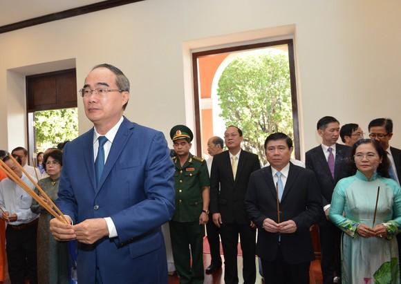 Đoàn lãnh đạo TPHCM dâng hoa, dâng hương tưởng niệm Chủ tịch Hồ Chí Minh ảnh 1