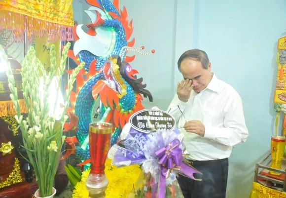 Lãnh đạo TPHCM thăm các em học sinh bị nạn trong vụ cây phượng bật gốc tại Trường THCS Bạch Đằng ảnh 2