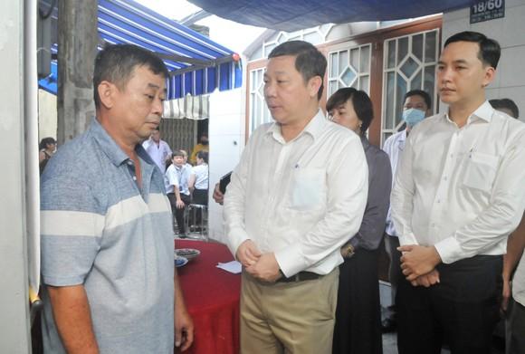 Lãnh đạo TPHCM thăm các em học sinh bị nạn trong vụ cây phượng bật gốc tại Trường THCS Bạch Đằng ảnh 4