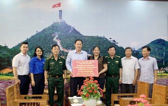 """Đoàn lãnh đạo TPHCM trao bảng tượng trưng số tiền 600 triệu đồng thực hiện công trình """"Mái ấm cho chiến sĩ và nhân dân nơi tuyến đầu"""""""