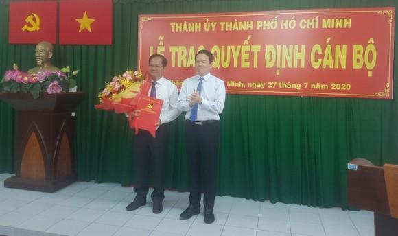 Phó Bí thư Thành ủy Trần Lưu Quang trao quyết định cho đồng chí Trần Văn Khuyên