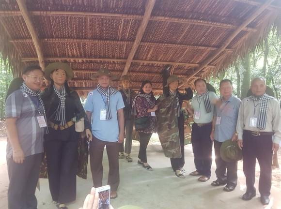 Đoàn đại biểu già làng, trưởng bản tiêu biểu các tỉnh biên giới phía Bắc dâng hương đền Bến Dược     ảnh 4
