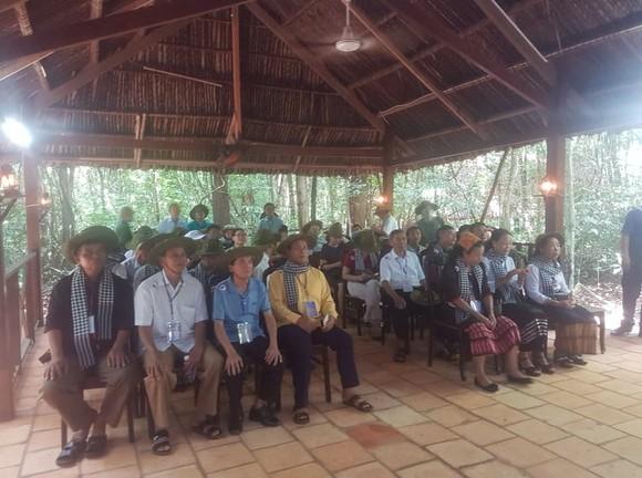 Đoàn đại biểu già làng, trưởng bản tiêu biểu các tỉnh biên giới phía Bắc dâng hương đền Bến Dược     ảnh 5