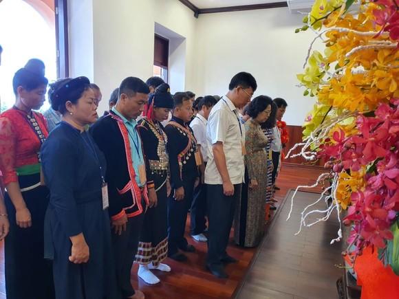 Đoàn đại biểu già làng, trưởng bản tiêu biểu vùng biên giới phía Bắc dâng hương tưởng niệm Chủ tịch Hồ Chí Minh ảnh 1