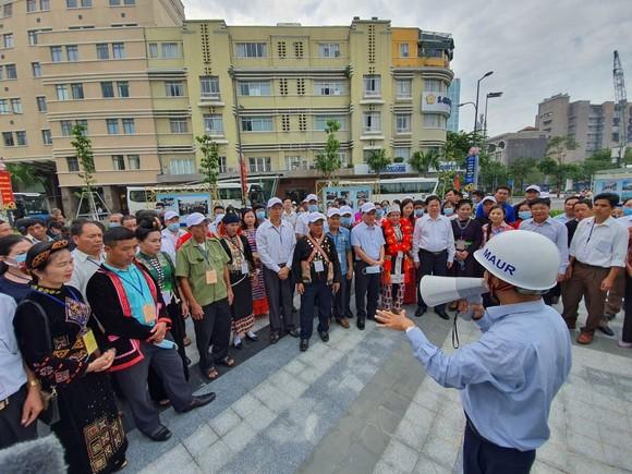 Đoàn đại biểu già làng, trưởng bản tiêu biểu vùng biên giới phía Bắc dâng hương tưởng niệm Chủ tịch Hồ Chí Minh ảnh 5
