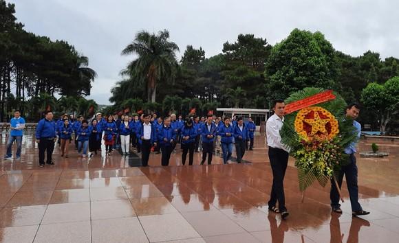 Đoàn cán bộ dân vận tiêu biểu TPHCM dâng hương tại Nghĩa trang liệt sĩ Đắk Lắk      ảnh 1