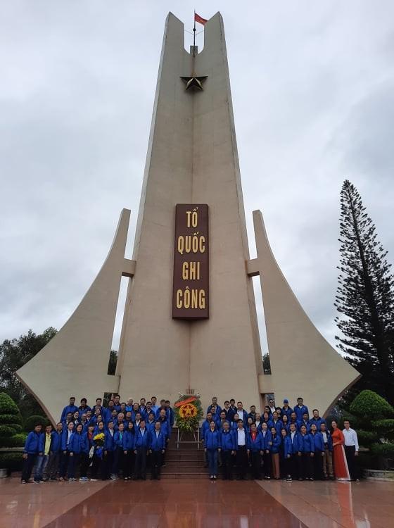 Đoàn cán bộ dân vận tiêu biểu TPHCM dâng hương tại Nghĩa trang liệt sĩ Đắk Lắk      ảnh 3