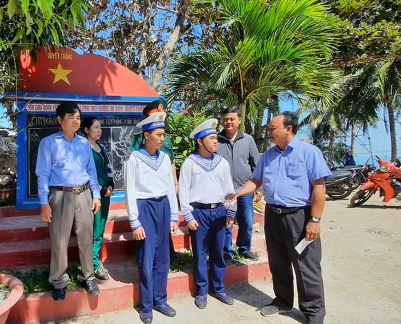 Đoàn đại biểu các tỉnh thành Nam bộ đi thăm, chúc tết cán bộ, chiến sĩ tại Vùng biển Tây Nam    ảnh 2