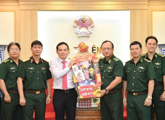 Đoàn lãnh đạo TPHCM thăm, chúc tết các đơn vị quân đội ảnh 1