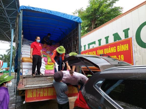 """Phân phối hàng đi các nơi từ """"Chuyến xe nghĩa tình"""" của tỉnh Quảng Bình"""