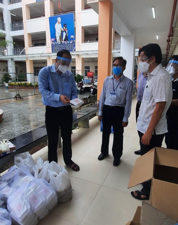 Bảo đảm công tác hậu cần, chăm lo đời sống người dân trong các khu phong tỏa, cơ sở điều trị Covid-19 ảnh 4