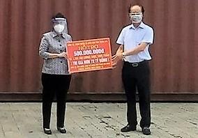 Chủ tịch Ủy ban MTTQ Việt Nam TPHCM Tô Thị Bích Châu tiếp nhận bảng tượng trựng số tiền và hàng hóa trị giá hơn 72 tỷ đồng