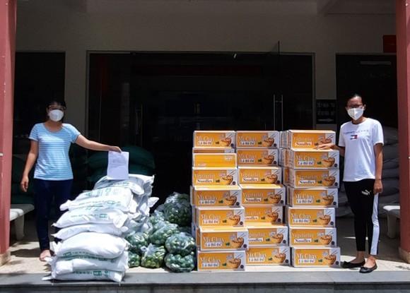 Hơn 1.000 phần quà hỗ trợ công nhân lao động trong các khu trọ  ảnh 1