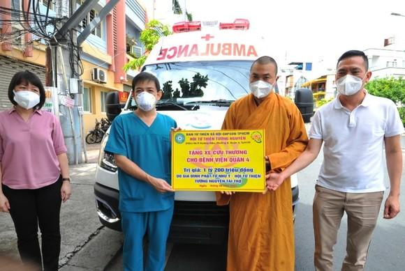 Bệnh viện quận Tân Phú được trao tặng 2 xe cứu thương hiện đại ảnh 8