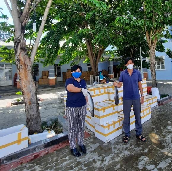 Tặng bệnh nhân Covid-19 trên địa bàn huyện Nhà Bè 3 tấn cá tươi ảnh 1