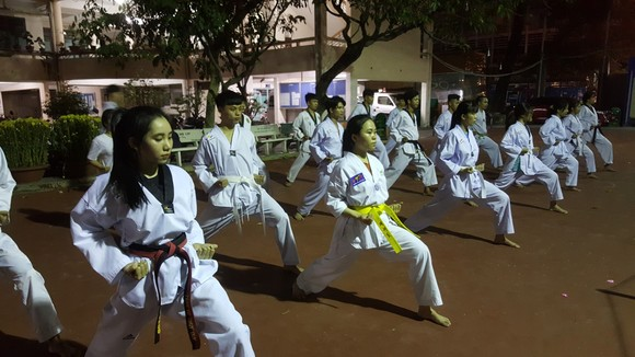 Trào lưu phái đẹp theo tập môn taekwondo ngày càng đông đảo. Ảnh: NGUYỄN ANH