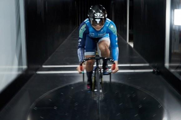 VĐV xe đạp Sarah Lee Wai-sze tập luyện trong buồng gió tại Đại học Khoa học và Công nghệ Hồng Kông
